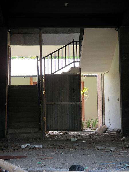 450px-Narrow-staircase.jpg